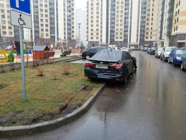 Водитель Камри еще не видел что произошло. toyota, авария, авто, авто авария, автохам, быдло, дтп, парковка