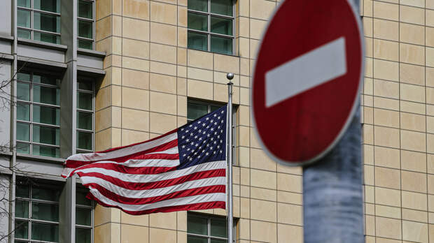 А что он ждёт?: Посол США отказался покинуть Россию. На опасность такого упорства указал политолог