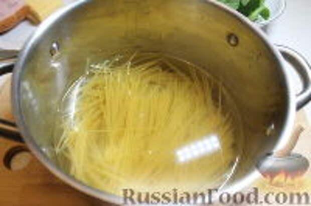Фото приготовления рецепта: Запеканка из спагетти, со шпинатом и ветчиной - шаг №3