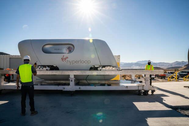 Hyperloop впервые испытали с пассажирами на борту