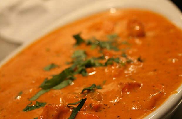 Смешали соусы на замену майонезу и кетчупу: измельчаем цитрусовые, чеснок и сливочное масло