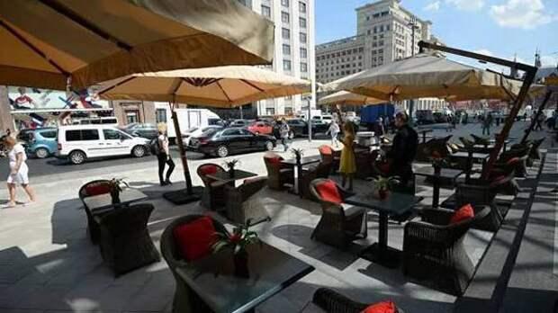 Летние кафе предложили построить на парковках в центре Москвы