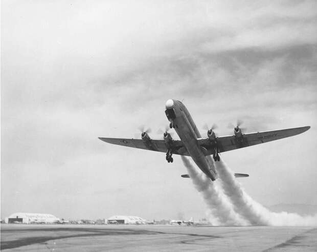 Lockheed R6V Constitution взлетает с ускорителями. Фото: USAAF / USN Library