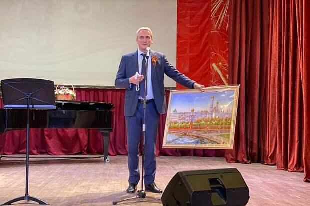 Член Общественной палаты Евгений Нифантьев поздравил с Днем Победы ветеранов сцены
