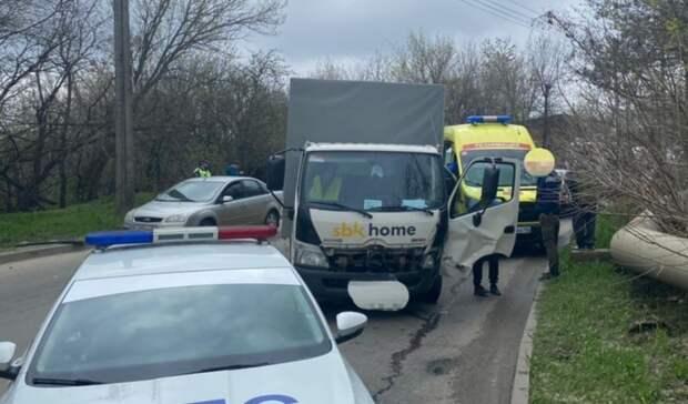 Один погиб итрое ранены влобовом ДТП легковушки игрузовика вСтаврополе