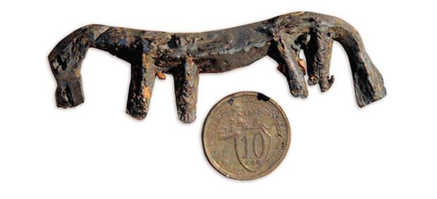 Жертвенный дар божеству: свинцовая фигурка лошади и десятикопеечная монета. Лучшей жертвой божествам считался конь, но подобная жертва часто была обременительна для семейного бюджета, да и далеко не все манси и ханты имели лошадей. Вместо жертвы можно было положить в священный сундук ее имитацию – отлитую из свинца фигурку лошади; человек, обращаясь к богу с просьбой, давал клятву зарезать лошадь при первой возможности