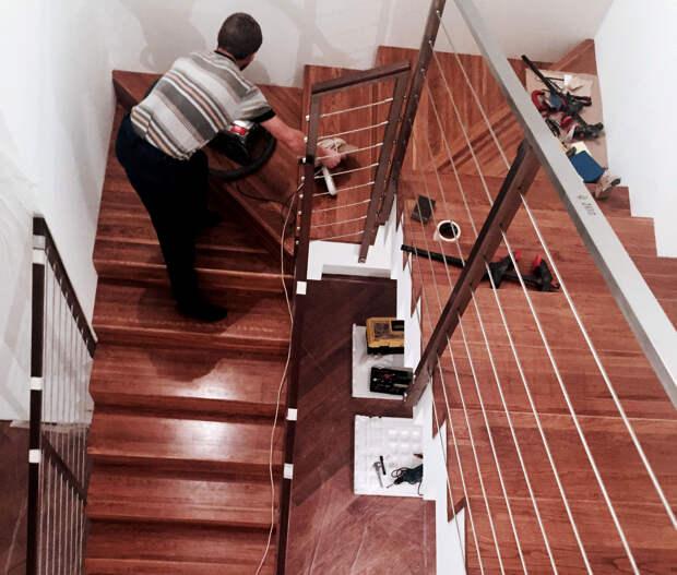 Отделка лестницы дубом и перила тросовые