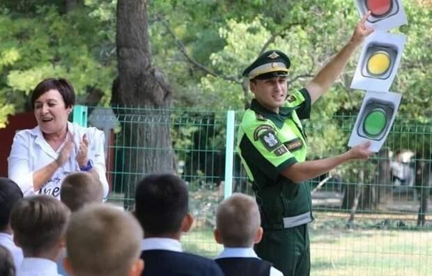 Военные в Симферополе рассказали детям о безопасности на дорогах