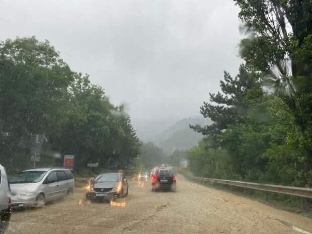 Власти Ялты закрыли въезд в город из-за неконтролируемого потока воды