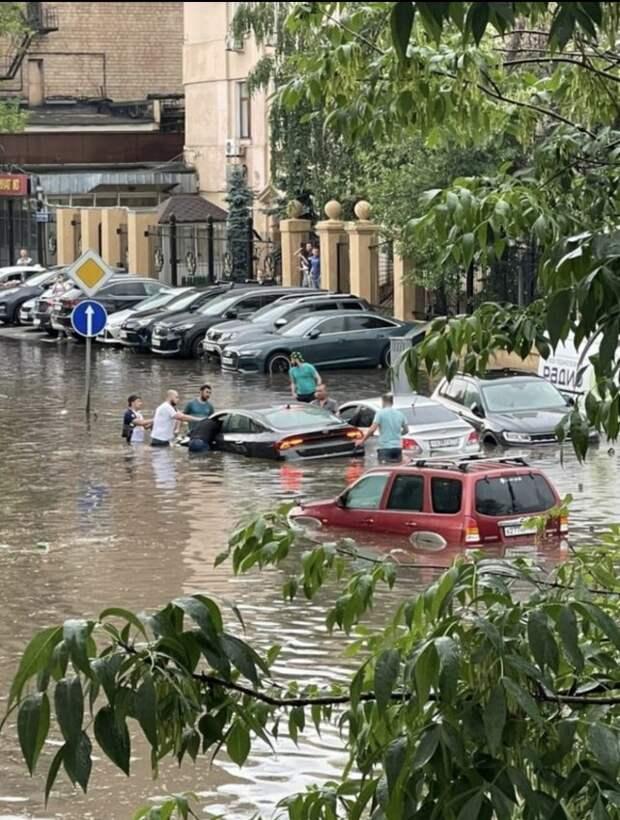 Магистральную улицу затопило