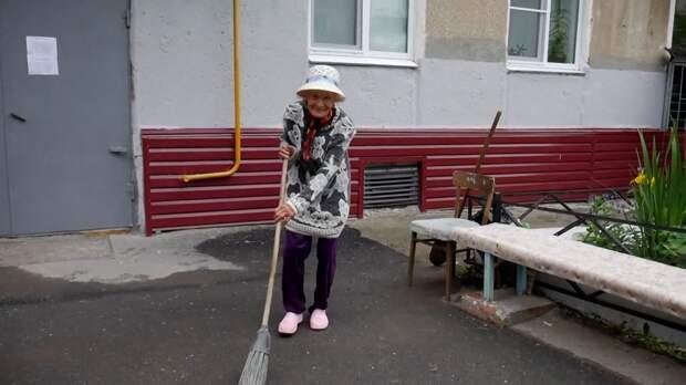 Танцующая пенсионерка облагораживает двор и подъезд в Челябинской области