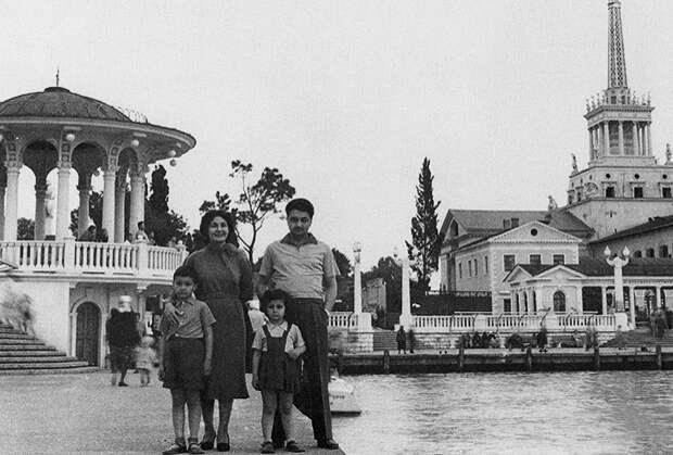 Нами Микоян с мужем и детьми в Сочи, 1959 год