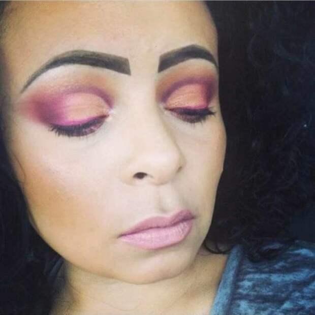 женщина с макияжем в розовых тонах