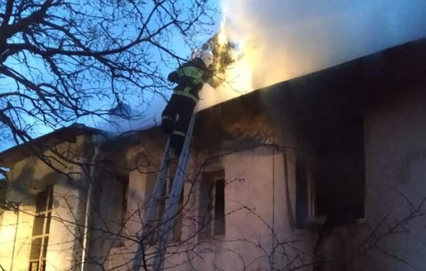 Многоквартирный деревянный дом сгорел в Ялте