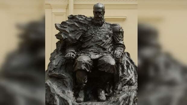 На памятнике Александру III обнаружили неправильный орден