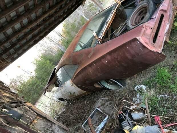 Брошенная Chevrolet Impala простояла 35 лет под навесом в поле barn find, chevrolet, авто, автомобили, олдтаймер, ретро авто