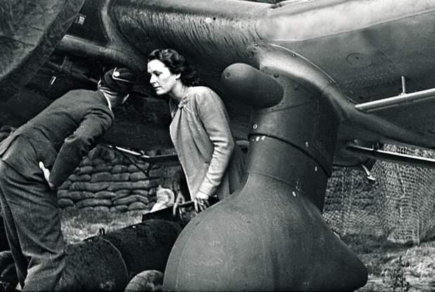 Ориентировочно 1940 год. Ольга Чехова помогает загружать авиационную бомбу на пикирующий бомбардировщик Ju-87 /