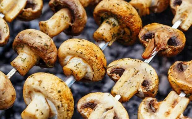 Жарим грибы на шампурах как шашлыки
