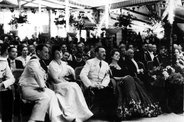 """Берлин, 1939 год. Торжественный прием. По левую руку от Гитлера - """"личный информатор"""" Сталина Ольга Чехова. Фото: Gettyimages"""