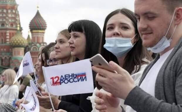 На фото: зрители во время праздничного концерта на Красной площади, посвященного Дню России