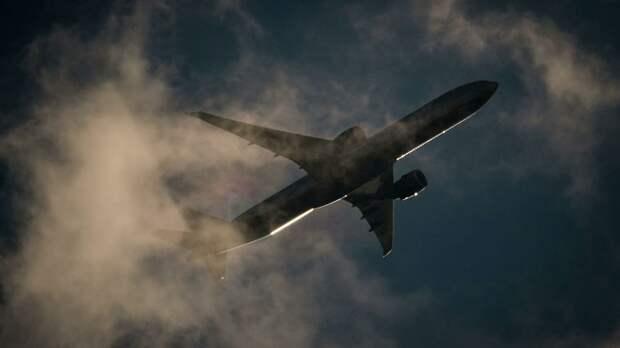 Boeing-737, на борту которого около 60 человек, совершил экстренную посадку в аэропорту Шереметьево