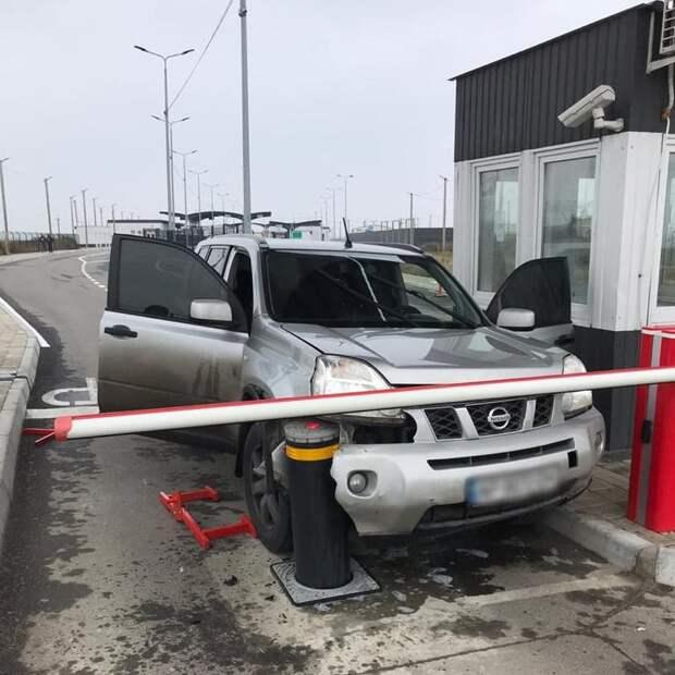 Житель Украины на автомобиле протаранил заграждение, пытаясь попасть в Крым