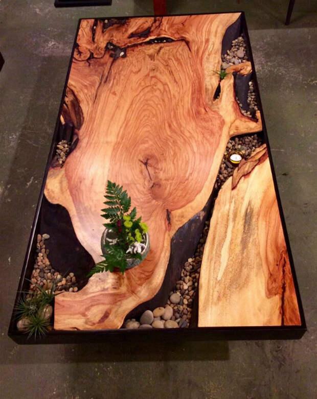 Обеденный стол из дерева и камней.