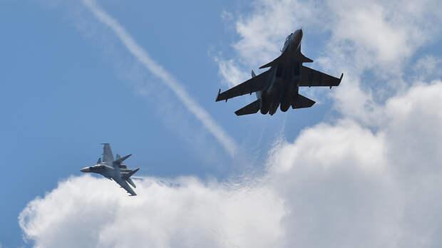Пентагон на это и рассчитывал: Российские Су-27 зажали и потрясли B-52 в Арктике