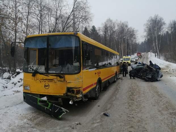 Водитель легковушки погибла при столкновении с автобусом в Ижевске
