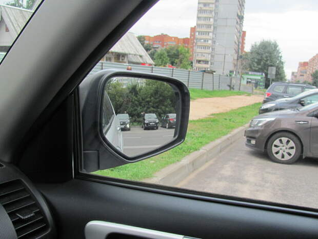 Правое боковое зеркало