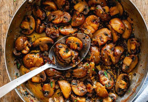 Жарим грибы с чесноком: становится в 2 раза вкуснее