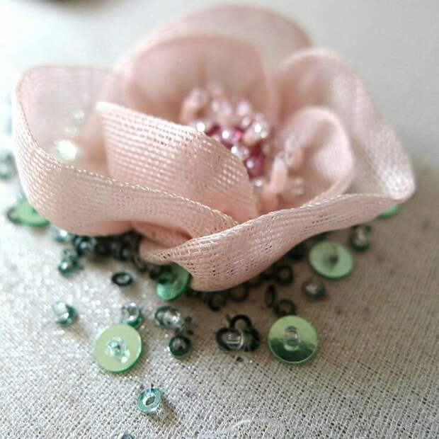 Цветы из ткани в работах дизайнеров и мастеров вышивки, фото № 11
