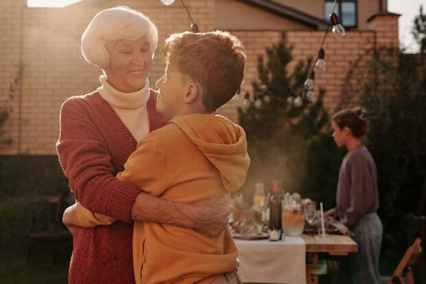 Нужно ли платить бабушке за то, что она сидит с внуками?