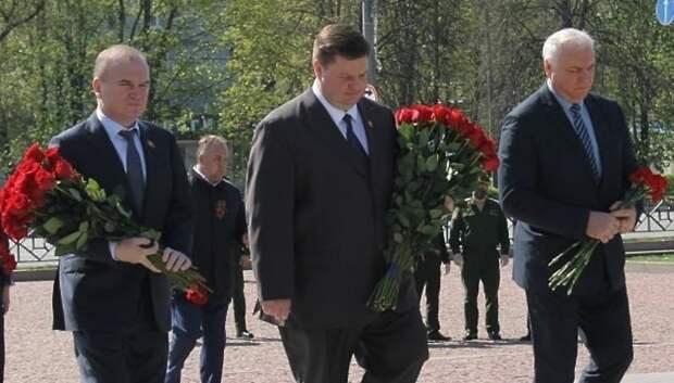 Пестов возложил цветы к памятнику Подольским курсантам в преддверии Дня Победы