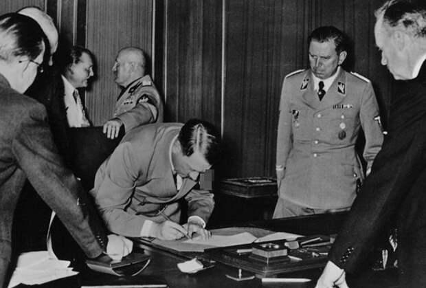 Адольф Гитлер подписывает Мюнхенское соглашение