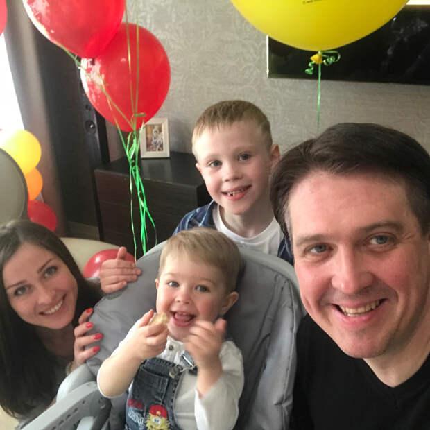 Мама, папа и два сына-богатыря: Бывший муж Куликовой показал семейную идиллию с новой женой
