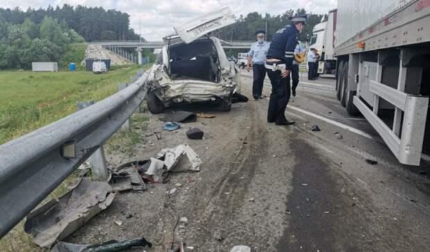 Водитель отечественной легковушки погиб вДТП сдвумя фурами под Екатеринбургом
