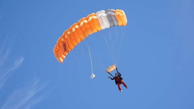 Двое мужчин разбились после неудачного прыжка с парашютом в Москве