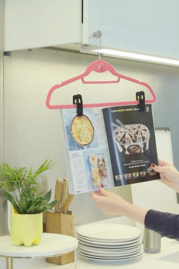 Самодельная подставка для кулинарной книги.