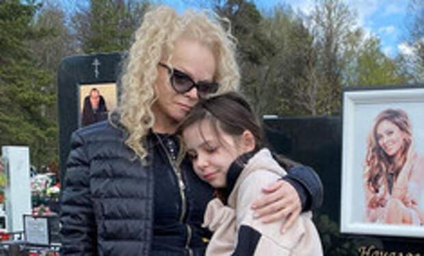 «Делаем, как хотела кися»: семья Долиной навестила могилу Началовой