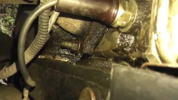 Если мотор подтекает, то далеко не всегда эту проблему устранят на фирменном СТО по гарантии. | Фото: youtube.com.