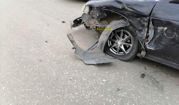 Отлетел бампер: две легковушки столкнулись наВагонке вНижнем Тагиле