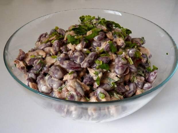 У меня про запас всегда имеются рыбные консервы и баночка фасоли: готовлю из них салат (муж называл его «холостяцким»)