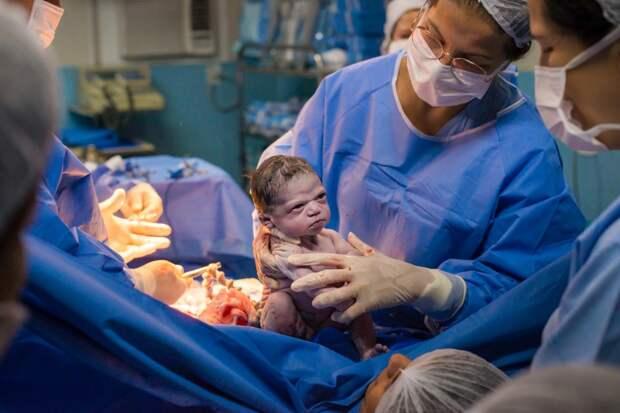 Мама, роди меня обратно! Смешное фото серьезного младенца облетело Сеть