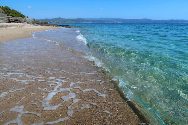 Вода в море была очень красивого цвета и чистейшая.