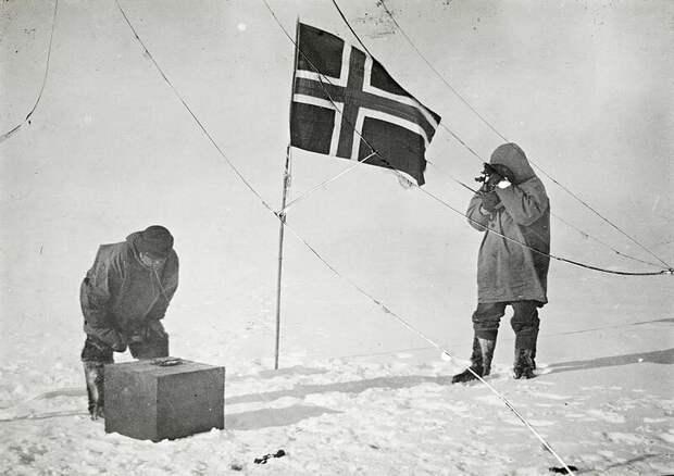 Хельмер Хансен и Амундсен определяют свои координаты на Южном полюсе
