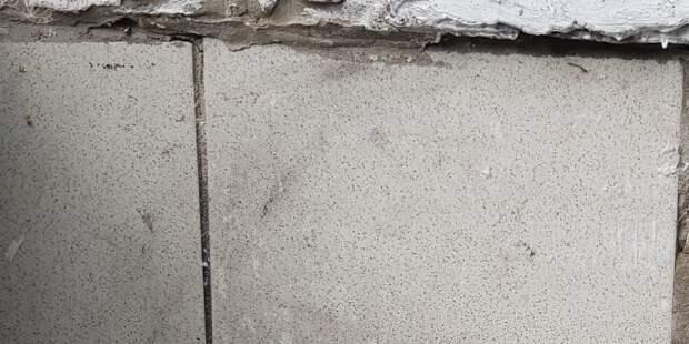 Фасад дома в проезде Шокальского очистили от незаконной рекламы