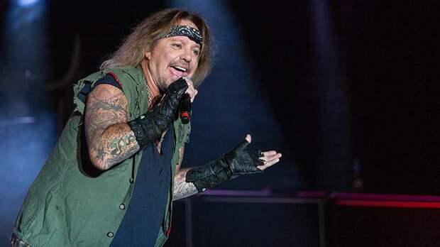 Вокалист группы Mötley Crüe сломал ребра при падении со сцены