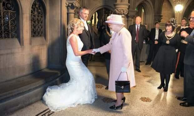 Пара в шутку пригласила на свадьбу королеву Елизавету II, а она приехала