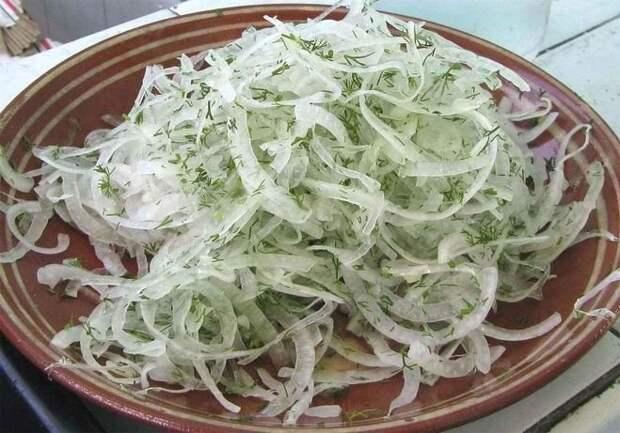2. Маринованный лучок для шашлыка, салатов и просто с хлебушком покушать еда, лук, май, мясо, пикник, рецепт, рыба, шашлык